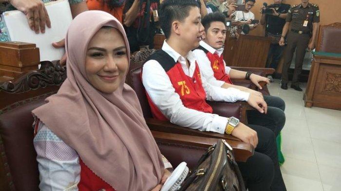 Tiga terdakwa kasus video ikan asin Galih Ginanjar, Pablo Benua, dan Rey Utami di Pengadilan Negeri Jakarta Selatan, Senin (9/12/2019)