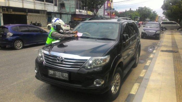 Nekat Parkir di Bawah Rambu Larangan Parkir, Pemilik Mobil Fortuner Ini Kena Tilang Polisi