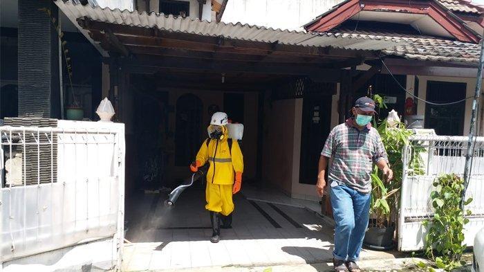 Tim dari Baitul Maal Hidayatullah membantu menyemprot disinfektan di perumahan atau kampung di sekitaran Depok, Rabu (1/4/2020).