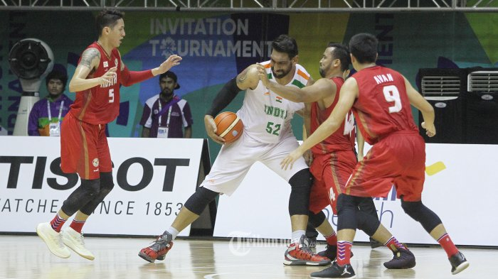 Tim basket Indonesia melawan tim basket India pada pertandingan final 18th Asian Games Invitation Tournament di hall basket Senayan, Jakarta, Senin (12/2/2018). Dalam pertandingan tersebut, tim basket Indonesia berhasil mengalahkan India dengan skor 78-68. SUPER BALL/Feri Setiawan