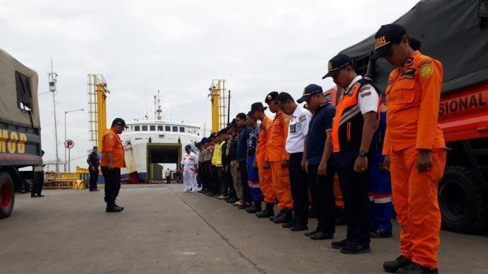 Tim pencarian melakukan persiapan di Pelabuhan Bajoe, Kabupaten Bone mencari seorang penumpang KMP Kota Muna dikabarkan jatuh di perairan Teluk Bone, Kabupaten Bone, Sulawesi Selatan. Tribun Timur/Justang