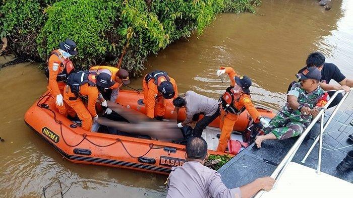 Tim gabungan saat evakuasi seorang awak kapal FZ (19) yang terjatuh ke Sungai Kapuas di Dusun Pebaok, Desa Kawat, Kecamatan Tayan Hilir, Kabupaten Sanggau, Senin (17/2/2020).