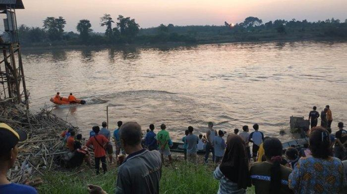 Tim gabungan pada saat mencari korban temggelam di Sungai Musi. Sripo/Fajeri