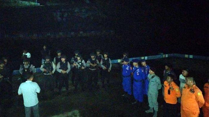 Puluhan personel gabungan dari Brimob, Polres, Bakamla, Polairud dan personel SAR Tual dikerahkan untuk membantu pembebasan 23 ABK KM Mina Sejati yang disandera di perairan Kepulauan Aru, Senin (19/8/2019) dini hari. KOMPAS.com/RAHMAT RAHMAN PATTY
