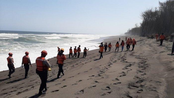 Tim gabungan melakukan pencarian korban hanyut di Pantai Goa Cemara.