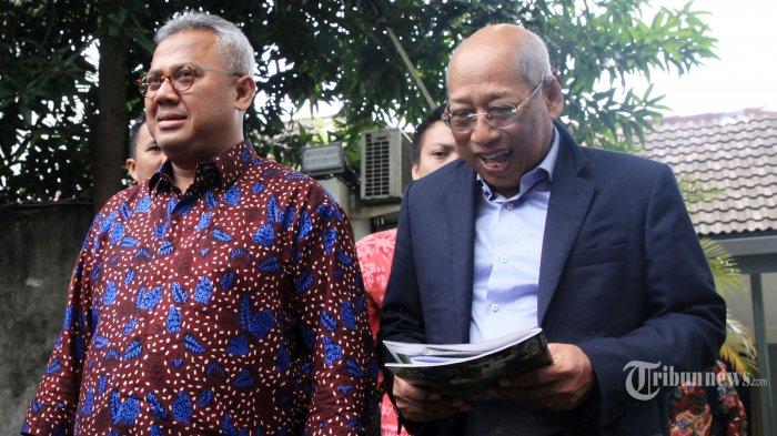 Ketua KPU Arief Budiman (kiri) bersama Koordinator Tim Hukum DPP PDIP I Wayan Sudirta (kanan) usai pertemuan tertutup di Kantor KPU, Jakarta, Kamis (16/1/2020). Kedatangan tim hukum PDIP untuk mengklarifikasi banyaknya isu yang bergulir terkait kasus suap anggota PDIP Harun Masiku kepada eks Komisioner KPU Wahyu Setiawan. TRIBUNNEWS/IRWAN RISMAWAN