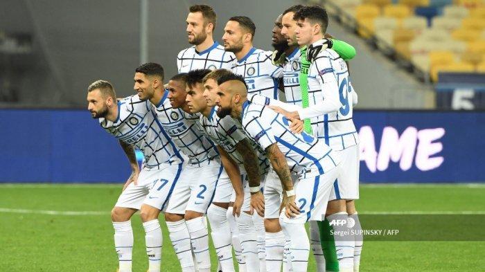 Tim Inter Milan berpose untuk foto selama pertandingan sepak bola Liga Champions UEFA antara Shakhtar Donetsk dan Inter Milan di stadion Olympiyskiy di Kiev pada 27 Oktober 2020. Sergei SUPINSKY / AFP