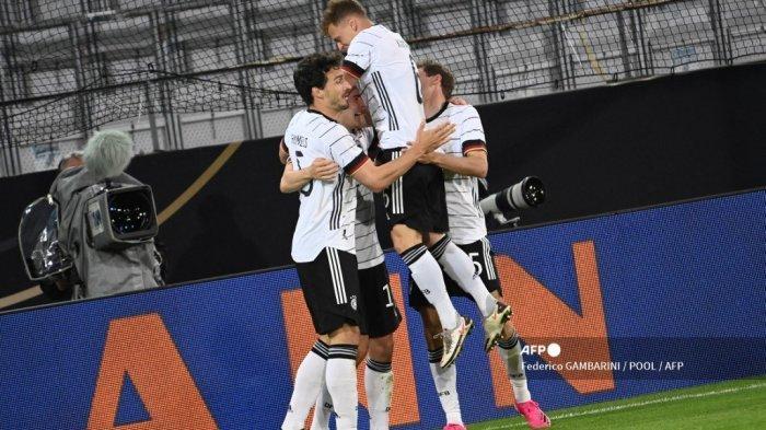 Tim Jerman merayakan gol pembuka selama pertandingan sepak bola persahabatan Jerman v Denmark di Innsbruck, Austria pada 2 Juni 2021, dalam persiapan untuk Kejuaraan Eropa UEFA. Federico GAMBARINI / POOL / AFP