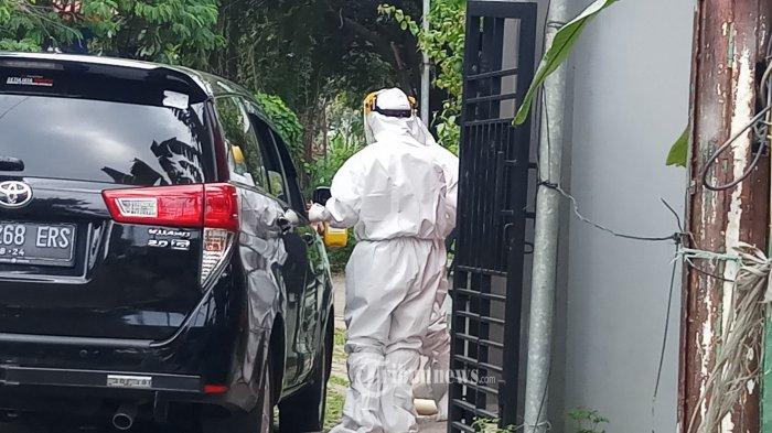 SWAB TES - Tim medis melakukan pemeriksaan swab tes melalui drive thru di Labkesda Kota Tangerang Sabtu (4/4/2020). Sebanyak 34 orang diketahui orang dalam pemantauan ( ODP) dan pasien dengan pengawasan ( PDP), memeriksakan kesehatan mereka secara mandiri untuk mengetahui sejauh mana paparan wabah Covid -19 di diri mereka. WARTA KOTA/NUR ICHSAN