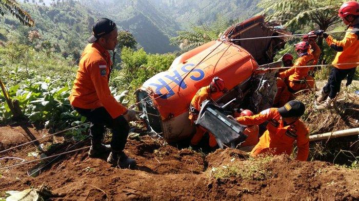 Proses Evakuasi Hari Ketiga Paling Berat, Basarnas Pikul Gearbox 300 Kilogram