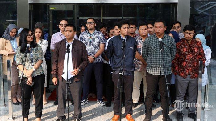 Ketua Wadah Pegawai KPK Yudi Purnomo Harahap (kedua kiri) memberikan keterangan pers tentang seleksi pimpinan KPK, di Gedung KPK, Jakarta, Senin (1/7/2019). Wadah Pegawai KPK membentuk Tim Pengawalan Seleksi Pimpinan KPK untuk mendorong hadirnya pimpinan KPK yang berintegritas dan independen. TRIBUNNEWS/IRWAN RISMAWAN
