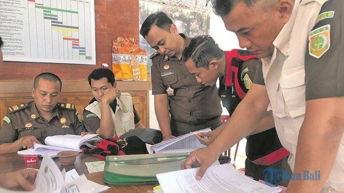 Tim penyidik dari Kejari Gianyar memeriksa berkas terkait turnamen sepak bola Bupati Cup 2016 di Kantor KONI Gianyar, Senin (8/7/2019). Tribun Bali/I Wayan Eri Gunarta