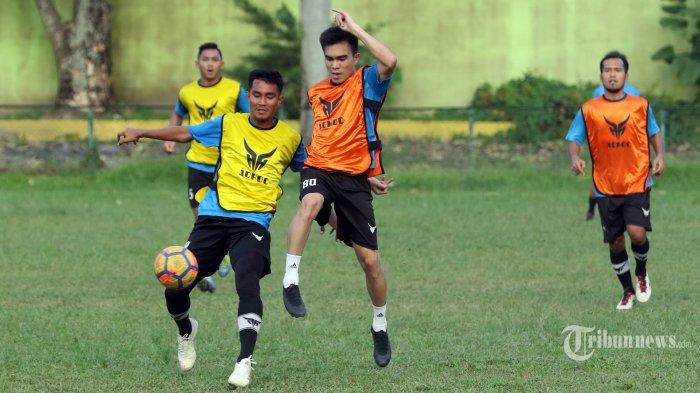 Pemain PSMS Medan Paulo Sitanggang (dua kanan) mengikuti latihan rutin di Stadion Kebun Bunga, Medan, Rabu (23/12/2020). PSMS Medan terus menggelar latihan untuk menjaga kondisi pemain jelang bergulirnya Liga 2. TRIBUN MEDAN/DANIL SIREGAR