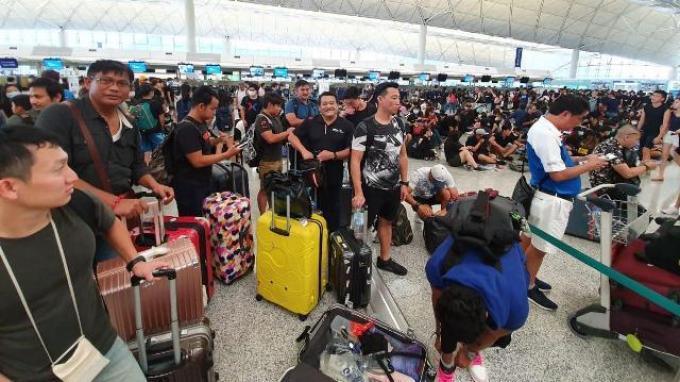 Tim renang PON DKI Jakarta saat berada di Bandara Hong Kong.