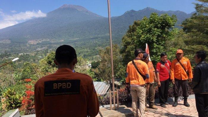 Tim SAR dari lima daerah di lereng Gunung Slamet berkumpul di Pos Pemantauan Gunung Api Slamet, di Desa Gambuhan, Kecamatan Pulosari, Kabupaten Pemalang, Sabtu (10/8/2019). Tribun Jateng/Budi Susanto