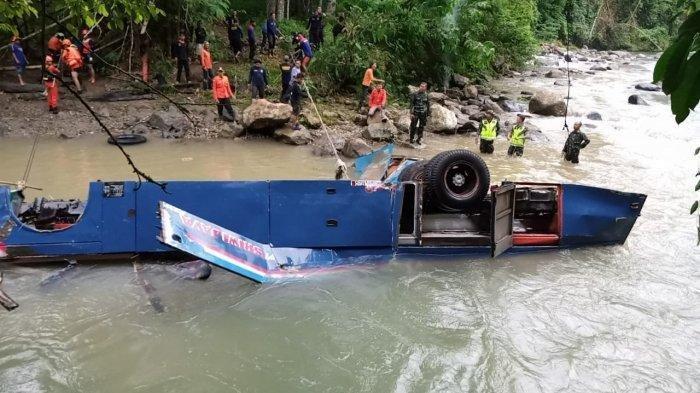Tim SAR Gabungan melakukan evakuasi bus Sriwijaya di dasar sungai bawah jurang dengan kedalaman sekitar 80 meter, di Tikungan Lematang Indah Desa Pelang Kenidai Kecematan Dempo Tengah Kota Pagaralam,Rabu (25/12/2019).