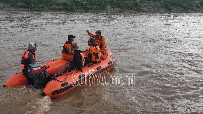 Tim SAR gabungan menggunakan perahu karet melakukan penyisiran dalam proses pencarian korban tenggelamnya perahu penyeberangan di Sungai Brantas Jombang, Minggu (1/3/2020).