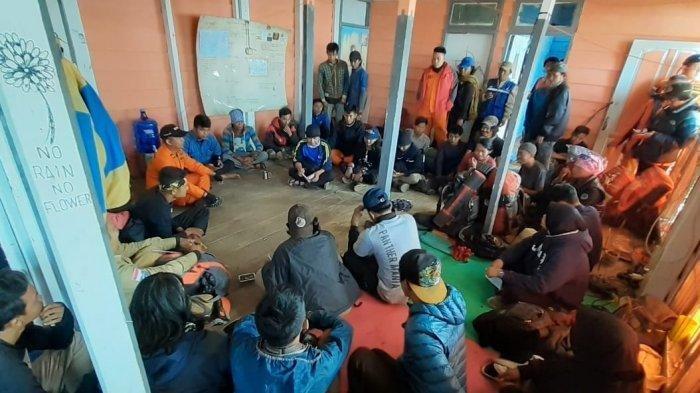 Tim SAR dan Tim relawan melalukan evaluasi dari hasil pencarian pendakian yang hilang di Gunung Dempo. Evaluasi dilakukan untuk merencanakan langkah selanjutnya. (Sripoku.com/Wawan Septiawan)
