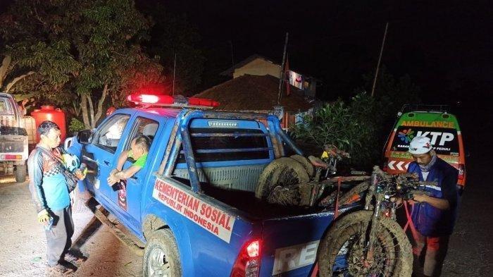 Tim Sar Tagana Kabupaten Karawang mengevakuasi tiga goweser asal Bekasi yang tersesat di Hutan Kutatandingan, Karawang