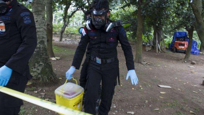 Tim satuan Teknisi Kimia, Biologi, Radioaktif (KBR) pasukan Gegana Brimob Polri melakukan pengecekan lokasi yang terkontaminasi paparan radioaktif di Perumahan Batan Indah, Serpong, Tangerang Selatan, Sabtu (15/1/2020). Badan Pengawas Tenaga Nuklir meminta warga menjauhi area tanah kosong di Perumahan Batan Indah, samping lapangan voli blok J, seusai menemukan kenaikan nilai paparan radiasi nuklir di area tersebut