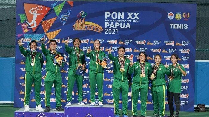 Tim Tenis Jatim foto bersama usai menyapu bersih tujuh medali emas di PON XX 2021 Papua. Yakni, nomor tunggal putri, tunggal putra, ganda putra, ganda putri, ganda campuran, beregu putra, dan beregu putri.