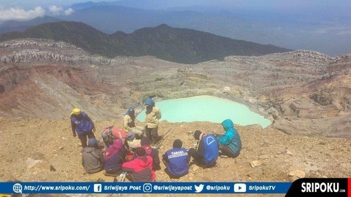 Tim Wanadri kembali menemukan mayat kedua saat evakuasi mayat pertama dekat kawah Gunung Dempo. (Istimewa)