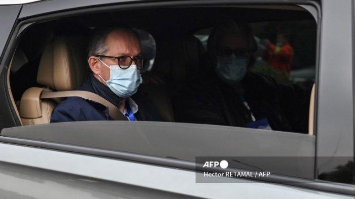 Foto satu di antara anggota tim WHO. Peter Ben Embarek dan anggota tim Organisasi Kesehatan Dunia (WHO) lainnya yang menyelidiki asal-usul pandemi Covid-19, meninggalkan Rumah Sakit Jinyintan Wuhan di Wuhan, provinsi Hubei tengah Tiongkok pada 30 Januari 2021.
