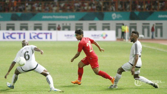 Pemain Timnas Indonesia Ilham Udin Armaiyn mencoba menerobos pertahanan pemain Mauritius, pada pertandingan persahabatan di Stadion Wibawa Mukti, Cikarang, Jawa Barat, Selasa (11/9/2018). Gol Evan Dimas memenangkan Indonesia atas Maritius, dengan skor akhir 1-0. TRIBUNNEWS/HERUDIN