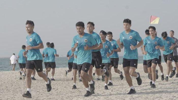 Timnas Indonesia melakoni latihan perdana di pantai pasir putih Dubai (17/5/2021).