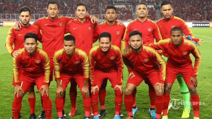 Pemain Timnas <a href='https://pontianak.tribunnews.com/tag/indonesia' title='Indonesia'>Indonesia</a> berfoto bersama sebelum menghadapi Timnas Malaysia pada ajang kualifikasi <a href='https://pontianak.tribunnews.com/tag/piala-dunia' title='PialaDunia'>PialaDunia</a> Qatar 2022 di Stadion Utama Gelora Bung Karno, Jakarta, Kamis (5/9/2019). TRIBUNNEWS/IRWAN RISMAWAN