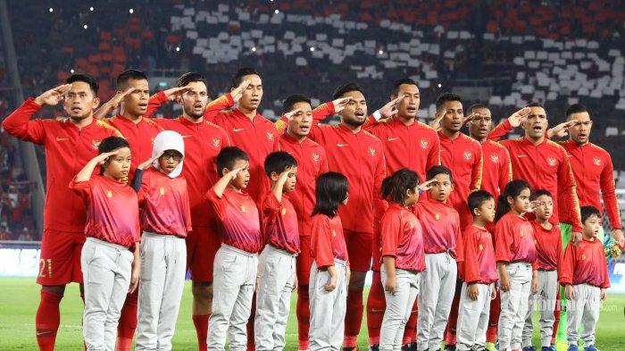Pemain Timnas Indonesia menyanyikan lagu kebangsaan Indonesia Raya sebelum menghadapi Timnas Malaysia pada ajang kualifikasi Piala Dunia Qatar 2022 di Stadion Utama Gelora Bung Karno, Jakarta, Kamis (5/9/2019).