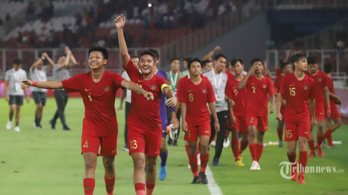 Seluruh pemain timnas Indonesia U-16 terlihat bahagia setelah tau bahwa mereka lolos pada laga kualifikasi 2020 di Stadion Utama Gelora Bung Karno (SUGBK), Senayan, Jakarta Pusat, Minggu (22/9/2019). Pada laga tersebut timnas Indonesia ditahan imbang timnas China dengan skor akhir 0-0. Tribunnews/Jeprima