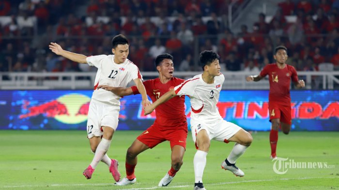Pemain Timnas Indonesia U19 berebut bola dengan pemain Timnas Korea Utara pada pertandingan ketiga kualifikasi Piala Asia U19, di Stadion Gelora Bung Karno, Jakarta, Minggu (10/11/2019). Sementara Timnas Indonesia U19 bermain imbang 1-1 melawan Korea Utara. TRIBUNNEWS/HERUDIN