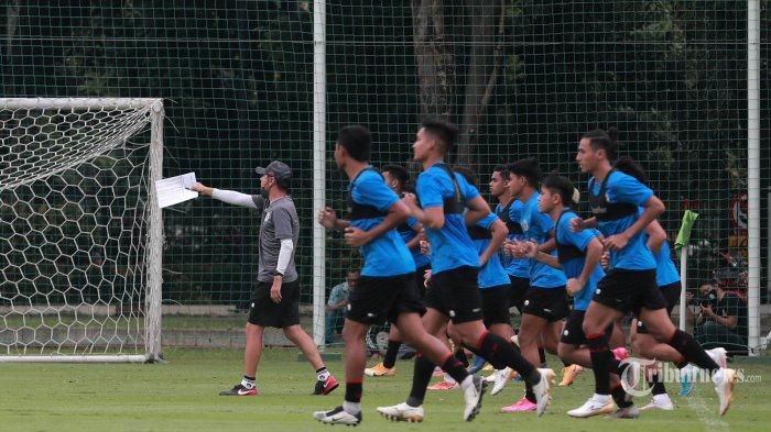 Pelatih Timnas Indonesia, Shin Tae-yong (kiri) memimpin pesepak bola Timnas Indonesia U-23 melakukan latihan di Lapangan D Gelora Bung Karno, Jakarta Pusat, Rabu (10/2/2021). Timnas Indonesia U-23 mulai melakukan Training Camp (TC) untuk persiapan SEA Games 2021 di Vietnam. Tribunnews/Irwan Rismawan