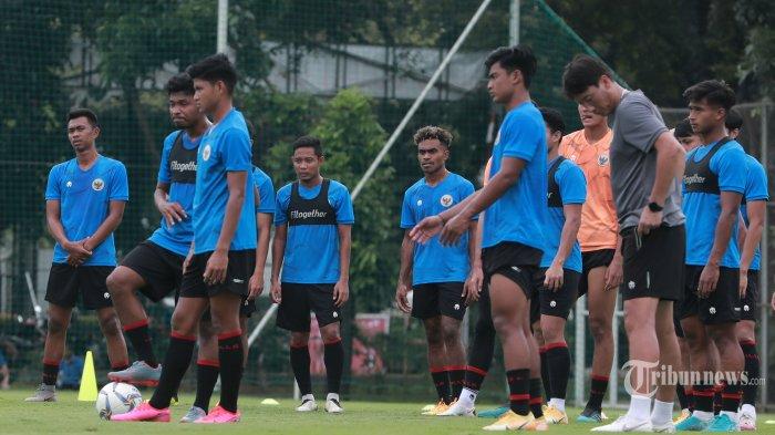 Pesepak bola Timnas Indonesia U-23 melakukan latihan di Lapangan D Gelora Bung Karno, Jakarta Pusat, Rabu (10/2/2021). Timnas Indonesia U-23 mulai melakukan Training Camp (TC) untuk persiapan SEA Games 2021 di Vietnam. Tribunnews/Irwan Rismawan