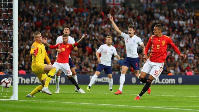 Pemain Timnas Spanyol, Rodrigo Moreno (kanan) mencetak gol ke gawang Timnas Inggris dalam laga UEFA Nations League di Stadion Wembley, London, Inggris, Minggu (9/9/2018) dini hari WIB.