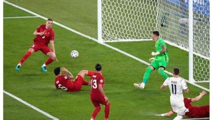 Detik-detik sebelum Merih Demiral (paling kiri) membuat gol bunuh diri dalam laga pembuka EURO 2020 yang mempertemukan timnas Turki dengan timnas Italia.