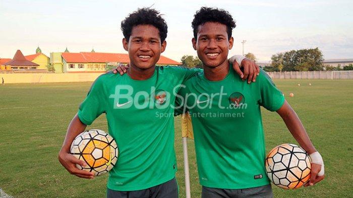 Pemain kembar timnas U-16 Indonesia, Bagus Kahfi dan Bagas Kaffa, dalam uji coba kedua melawan Persida Sidoarjo Junior dalam pemusatan latihan di Stadion Jenggolo Sidaorjo, Jawa Timur, Minggu (01/07/2018) sore.