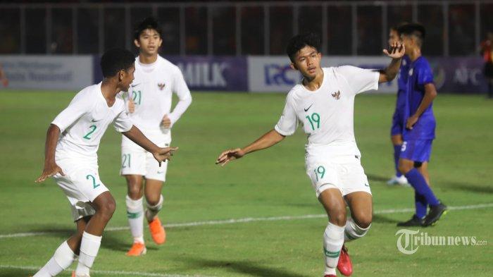 Pemain Timnas U-16 Indonesia, Ahmad Athallah Araihan (depan, kanan) melakukan selebrasi usai mencetak gol ke gawang Timnas U-16 Filipina dalam laga Kualifikasi Piala AFC U-16 2020 di Stadion Madya, Senayan, Jakarta Pusat, Senin (16/9/2019) malam. Timnas U-16 Indonesia berhasil mengalahkan Filipina dengan skor 4-0 dalam pertandingan Grup G tersebut. Empat gol Indonesia dicetak oleh Ahmad Athallah (menit ke-36), Mersellino Ferdinand (46'), Alfin Farhan (52'), dan Wahyu Agung (78'). Tribunnews/Jeprima