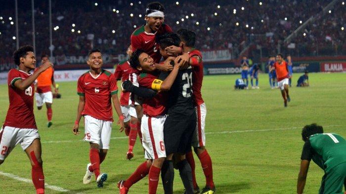 Pemain Timnas U-16 Indonesia memeluk kiper Ernando Ari Sutaryadi (kostum hitam-hitam) usai menggagalkan tendangan penalti pemain Timnas U-16 Thailand dalam babak adu penalti yang berakhir untuk kemenangan Indonesia pada laga final Piala AFF U-16 2018 di Stadion Gelora Delta, Sidoarjo, Jawa Timur, Sabtu (11/8/2018) malam.