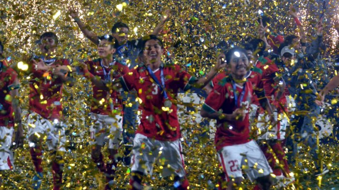 Pemain Timnas U-16 Indonesia, Mochamad Yudha Febrian (3) dan Fajar Fathur Rahman (22) bersama pemain lain dan ofisial melakukan selebrasi setelah Indonesia keluar sebagai juara Piala AFF U-16 2018 usai mengalahkan Timnas U-16 Thailand melalui babak adu penalti dalam laga final di Stadion Gelora Delta, Sidoarjo, Jawa Timur, Sabtu (11/8/2018) malam.