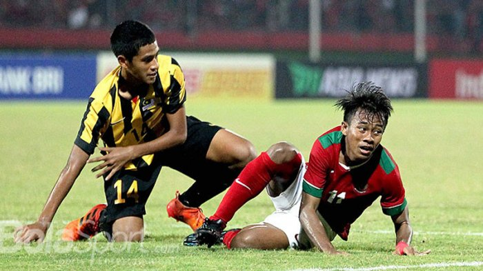 Gelandang Timnas U-16 Indonesia, Mochamad Supriadi (kanan) dilanggar pemain Timnas U-16 Malaysia pada laga semifinal Piala AFF U-16 2018 di Stadion Gelora Delta, Sidoarjo, Jawa Timur, Kamis (9/8/2018) malam.