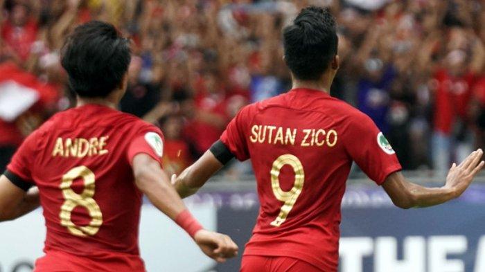 Penyerang Timnas U-16 Indonesia, Sutan Diego Armando Zico (kanan) merayakan golnya ke gawang Timnas U-16 Australia bersama rekannya, Andre Oktaviansyah pada laga perempat final Piala Asia U-16 2018 di Stadion Nasional Bukit Jalil, Kuala Lumpur, Malaysia, Senin (1/10/2018) sore WIB.