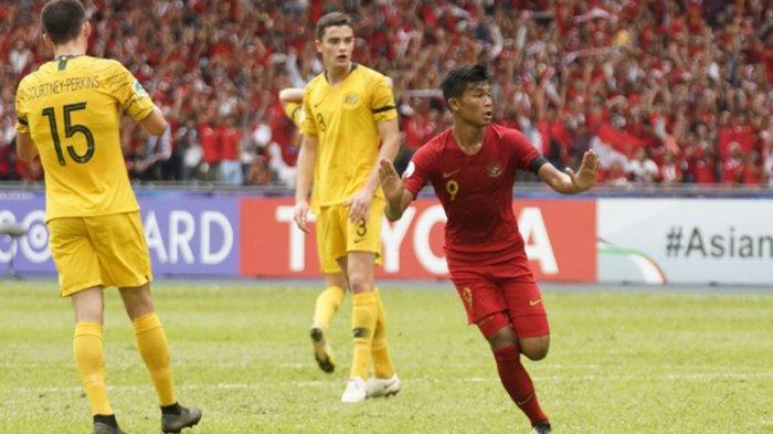 Pemain Timnas U-16 Indonesia, Sutan Diego Armando Zico (kanan) merayakan golnya ke gawang Timnas U-16 Australia pada laga perempat final Piala Asia U-16 2018 di Stadion Nasional Bukit Jalil, Kuala Lumpur, Malaysia, Senin (1/10/2018) sore WIB.