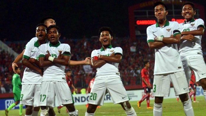 Pemain Timnas U-16 Indonesia, Amiruddin Bagus Kahfi (20) merayakan gol keduanya ke gawang Timnas U-16 Kamboja bersama rekan-rekannya, Mochamad Yudha Febrian (3), Rendy Juliansyah (10), Hamsa Lestaluhu (17), Muhammad Talaohu (19), dan Muhammad Fajar Fathur Rahman (22) dalam laga babak penyisihan Grup A Piala AFF U-16 2018 di Stadion Gelora Delta, Sidoarjo, Jawa Timur, Senin (6/8/2018) malam.