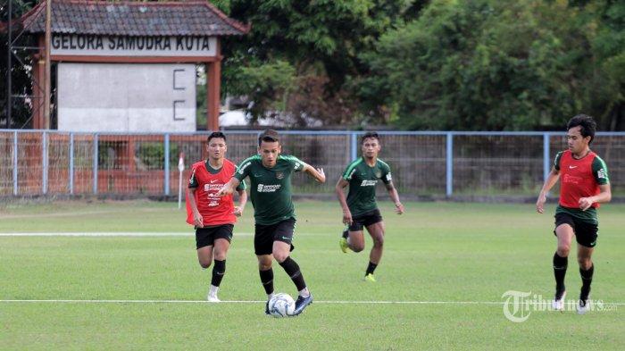 Sejumlah pemain Timnas Indonesia U-23 menggelar latihan jelang ujicoba melawan Timnas Iran U-23 di Stadion Samudra, Kuta, Badung, Selasa (12/11). Pertandingan ujicoba ini digelar untuk persiapan Sea Games 2019 Filipina 26 November mendatang. (Tribun Bali/Rizal Fanany)