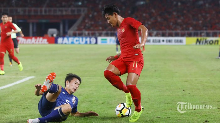 Pemain Timnas U19 Indonesia berebut bola dengan pemain Timnas U19 Jepang pada pertandingan perempat final piala AFC U19 di Stadion Gelora Bung Karno (GBK), Jakarta, Minggu (28/10/2018). Timnas U19 Indonesia  tertinggal 1-0 dari Timnas U19 Jepang dibabak pertama. TRIBUNNEWS/HERUDIN