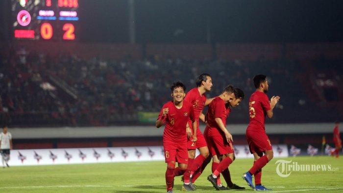 Witan Sulaiman, Pemain Timnas melakukan selebrasi bersama rekannya usai mencetak gol ke gawang Bali United dalam pertandingan Ujicoba di Stadion Kapten i Wayan Dipta, Gianyar, Minggu (17/3/2019). Timnas U-23 akhrinya memenangkan pertandingan melawan tuan rumah Bali United dengan skor 3-0. Tribun Bali/Rizal Fanany