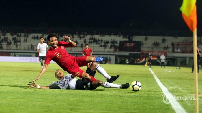 Saddil Ramdani, Pemain Timnas U-23 berebut bola dengan Leonard Tupamahu, Pemain Bali United dalam pertandingan Ujicoba di Stadion Kapten i Wayan Dipta, Gianyar, Minggu (17/3/2019). Timnas U-23 akhrinya memenangkan pertandingan melawan tuan rumah Bali United dengan skor 3-0. Tribun Bali/Rizal Fanany