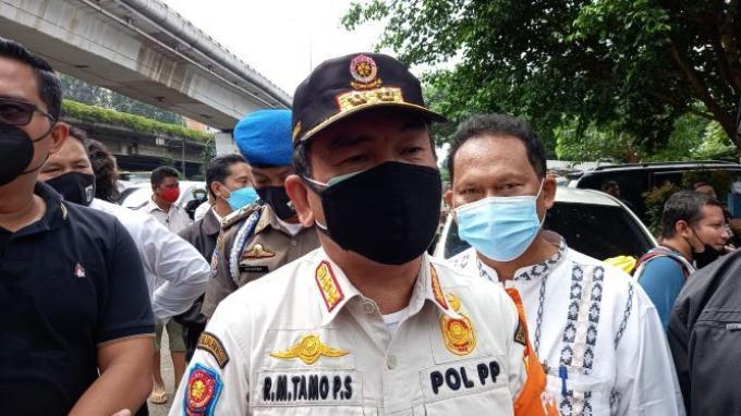 Kasatpol PP Jakarta Barat Timo Sijabat usai penutupan permanen Cafe RM di Cengkareng Barat, Jakarta Barat, Jumat (26/2/2021).